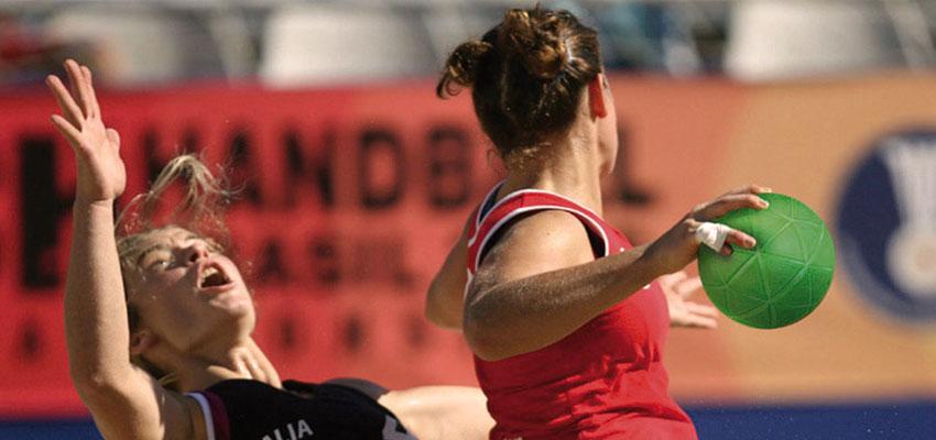 Jugadoras de balonmano playa en un campeonato